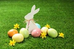 Śliczny drewniany Wielkanocny królik i farbujący jajka zdjęcie stock