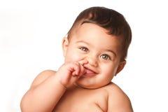 Śliczny dziecko niemowlak podnosi nos na bielu z dużymi zielonymi oczami fotografia royalty free