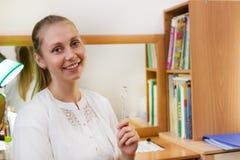 Śliczny uśmiechnięty mowa terapeuta trzyma specjalnego narzędzie dla mowy szkolenia zdjęcie stock