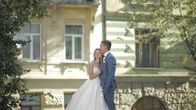 Ślubni para stojaki wpólnie Uroczy fornal i panna młoda kilka dni ubranie szczęśliwy roczna ślub zdjęcie wideo