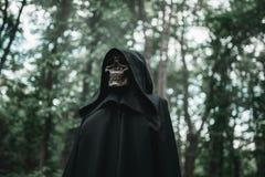 Śmierć w czarnym hoodie w lesie zdjęcia royalty free