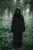 Śmierć w czarnym hoodie w lesie obrazy stock