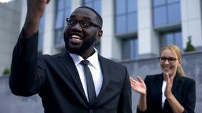 Śmieszny mężczyzna pokazuje tak szyldowego, szokujący z dobrym wynik finansowy biznesu zwycięstwem zdjęcie stock