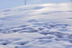 Śniegów odciski stopi w śniegu i dryfy słoneczny dzień tło płatków śniegu biały niebieska zima obrazy royalty free
