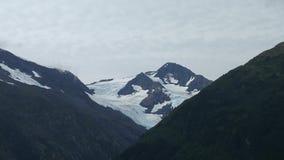Śnieg nakrywający góra wierzchołek pod ciężko chmurniejącym niebem zdjęcie stock
