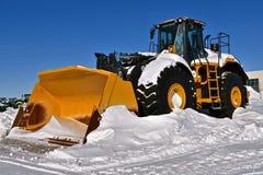 Śnieg zakrywał masywnego John Deere 4 koła prowadnikowego ciągnika zdjęcie stock