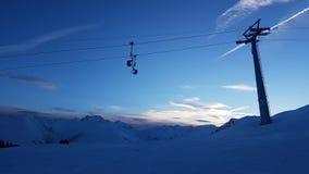Śniegu krajobraz w Szwajcarskich górach z chmurnym niebem i narciarskim dźwignięciem fotografia royalty free