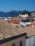 Śródziemnomorskie stylowe gont płytki zobaczą na dachach Cannes, Francja, Europa Stary Cannes w odległości schronienie zdjęcie stock