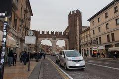 Średniowieczna brama stary miasto od Corso Porta Nuova, Verona, Veneto, Włochy fotografia royalty free