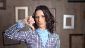 Środek w górę wzburzonych przypadkowych bizneswomanu seansu gesta niechęci kciuków zestrzela patrzeć kamerę zbiory wideo