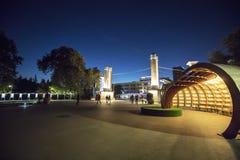 Środkowy wejście Denny ogród w Varna, Bułgaria przy nocą obraz royalty free