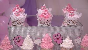 Świąteczny deser batożąca śmietanka dekorował z zębami ilustracyjnymi zbiory wideo