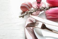Świąteczny wielkanoc stołu położenie z malującym jajkiem na drewnianym tle Przestrzeń dla teksta zdjęcia royalty free