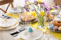 Świąteczny wielkanoc stołu położenie z tradycyjnym posiłkiem zdjęcie stock