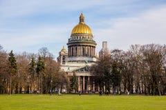 Świątobliwa Isaac katedra, ozdobny religijny gmach z złocistą kopułą - Świątobliwy Petersburg, Rosja obrazy royalty free