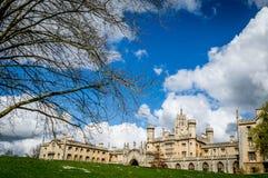 Świętego John szkoła wyższa na jaskrawym słonecznym dniu z łatami chmury nad niebieskim niebem, Cambridge obrazy royalty free