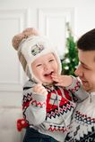 Świętowanie, rodzina, wakacje i urodzinowy pojęcie, - szczęśliwa nowy rok rodzina fotografia royalty free