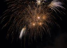 Świętowanie z fajerwerkami w ciemnym niebie zdjęcia stock