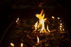 Święty płomień na ołtarzu w ciemnym czasie Diwali festiwal obrazy royalty free