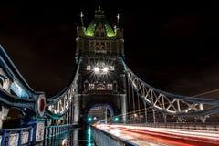 Światło ślada przez London's wierza ikonowego most fotografia stock