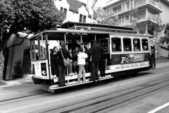Światu sławny wagon kolei linowej pochodzić stromego wzgórze - ikonowa atrakcja turystyczna w San Francsico - obraz royalty free
