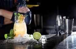 Świeża alkoholiczka Malibu i ananasowego soku koktajl na baru kontuarze obrazy stock