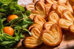 Świeża domowej roboty piekarnia z cukrowym glazurowaniem i polewą fotografia royalty free