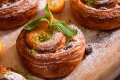 Świeża domowej roboty piekarnia z jagodami i polewą zdjęcie royalty free