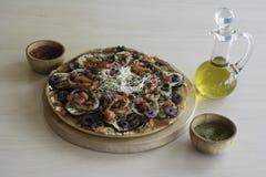 Świeża domowej roboty veggie pizza z warzywami zdjęcie royalty free