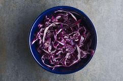Świeża i smakowita sałatka robić z siekającą czerwoną kapustą na popielatym wieśniaka stole Odgórny widok, minimalny karmowy przy obraz stock