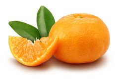 Świeża mandarynka z plasterkiem i liście odizolowywający zdjęcia royalty free