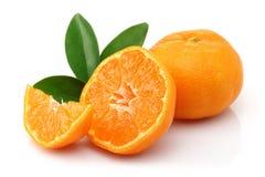 Świeża mandarynka z plasterkiem i liście odizolowywający obrazy stock