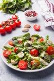 Świeża sałatka z pomidorami, przepiórki sałata i jajka i zdjęcia royalty free