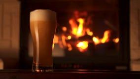倾吐的小河到玻璃bocal与泡沫和气泡壁炉慢动作的茶点啤酒里 股票视频