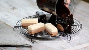 倾倒在一个可口奶油甜点点心之上的巧克力镜子釉 液体鲜美甜点心烹调 股票录像