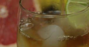 倒威士忌酒,科涅克白兰地,从一个瓶的利口酒到一个玻璃杯子里 特写镜头 股票视频