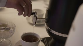 倒咖啡入杯子 影视素材