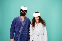 唤醒从虚拟现实 在浴巾的夫妇戴vr眼镜 神志清楚唤醒 回归到现实 人和 图库摄影
