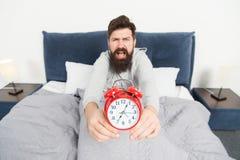 唤醒问题的清早 起来与闹钟 再睡过头 早早醒的技巧 人有胡子困 库存图片