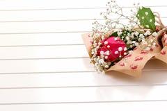 唯一罗斯新鲜,豪华的在白色背景的花束和麦 生日快乐、情人节或者妇女'天8次行军骗局 图库摄影