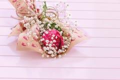 唯一罗斯新鲜,豪华的在白色背景的花束和麦 生日快乐、情人节或者妇女'天8次行军骗局 库存照片