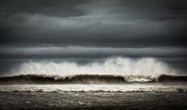 喷洒吹从大波浪在一阴天 免版税库存图片