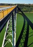 Å ½ Ä  à ¡ kovskà ½钢成拱形在水坝Orlik的桥梁 cesky捷克krumlov中世纪老共和国城镇视图 免版税库存图片