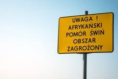 """Å"""" à ³ Å 'ty znak ostrzegawczy - afrykaÅ """"pomà ³ r Å› narciarscy wi zdjęcia royalty free"""