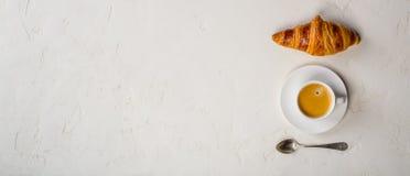 咖啡和新月形面包,平的位置,顶视图 免版税库存照片