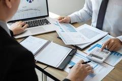 和分析与新的项目的专业企业同事队会计财务,想法介绍和见面一起使用 免版税库存照片