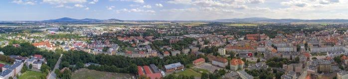 Åšwidnica, ciudad y montañas, panorama, visión aérea foto de archivo