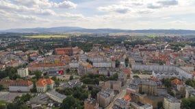 Åšwidnica, ciudad y montañas, visión aérea fotografía de archivo