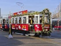 ÅDER ÖSTERRIKE - DECEMBER 21, 2013: Foto av den Santa Claus och julspårvagnen fotografering för bildbyråer