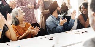 Åhörare applåderar att applådera begrepp för Happines gillandeutbildning Fotografering för Bildbyråer